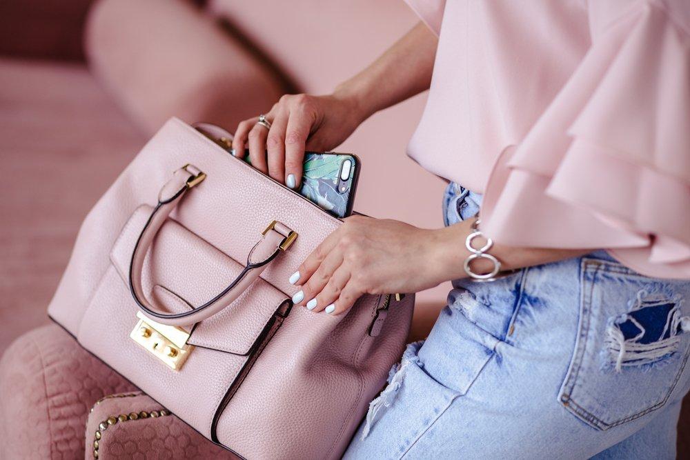 Носить телефон в сумочке