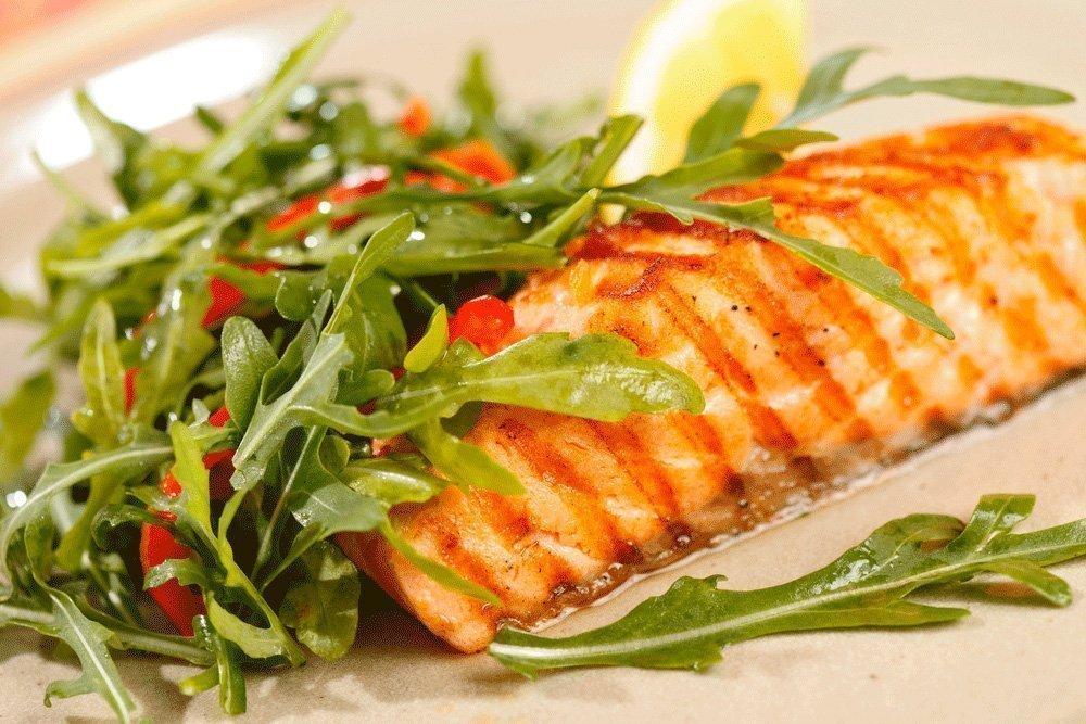 Рецепт базового блюда: филе лосося с цельнозерновым рисом и рукколой