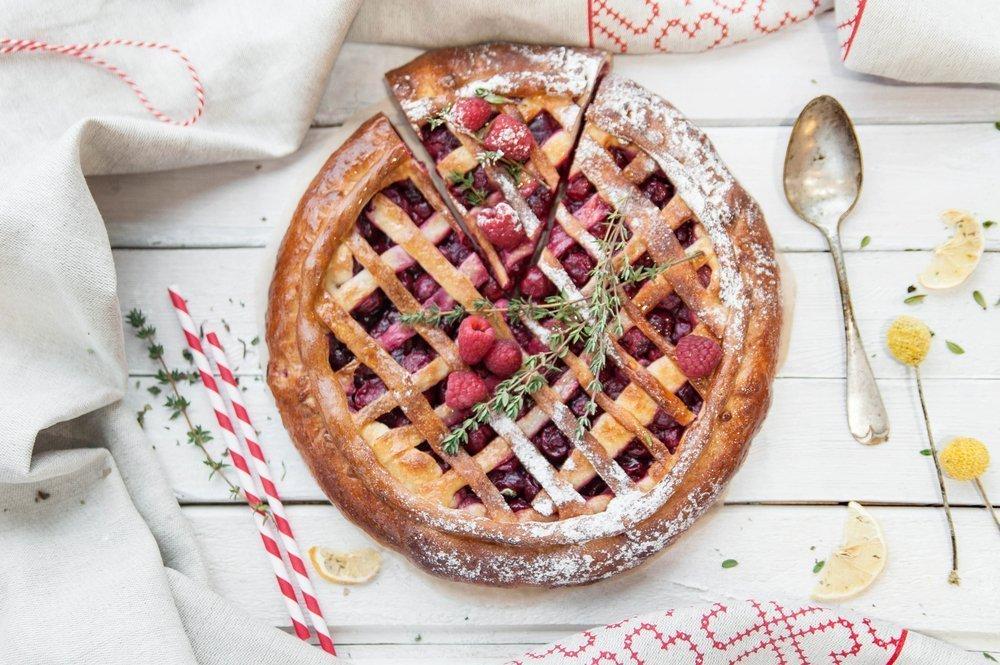 Простой и вкусный десерт: пирог из замороженных ягод