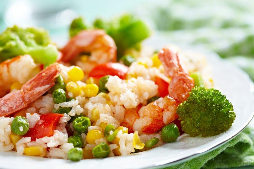 Рис с овощами и креветками для диетического питания