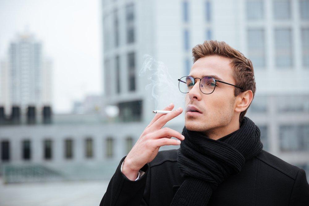 Коричневые и черные пятна: курение, болезни