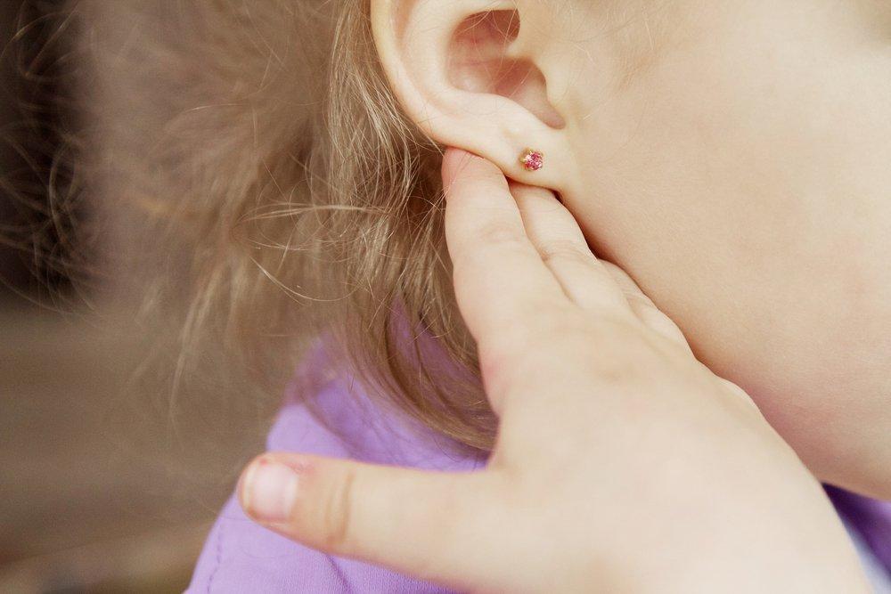 Оптимальный возраст детей для прокалывания ушей