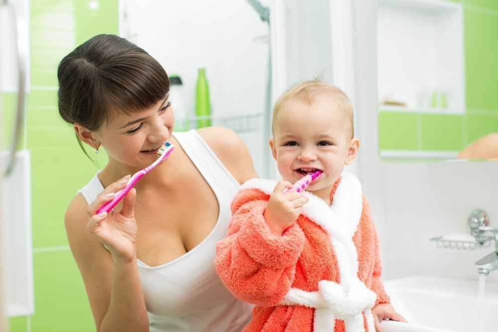 Молочные зубы необходимо начинать чистить с момента появления первого зубика