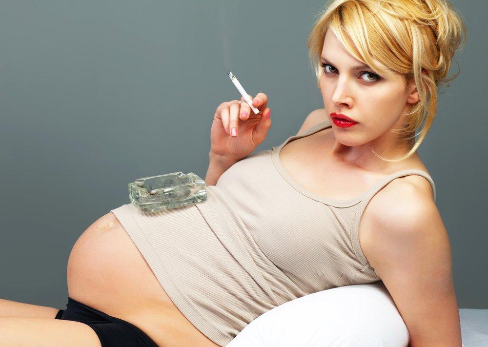 Несовместимость курения и беременности женщины