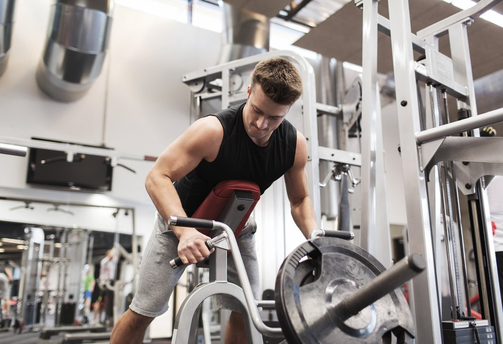 Фитнес в тренажерном зале: выполнение тяги Т-грифа