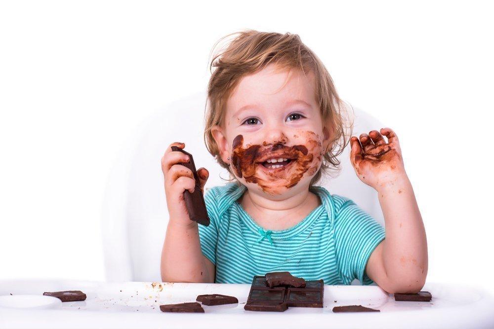 Малыш пробует шоколад