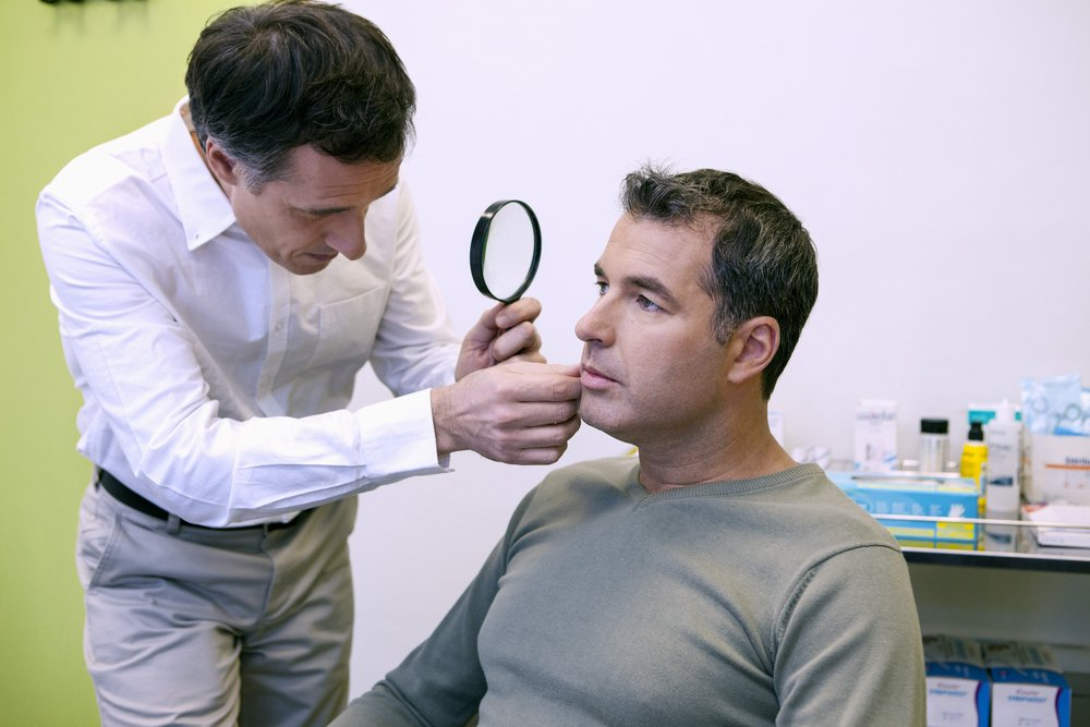 Аллергия на лице: причины развития