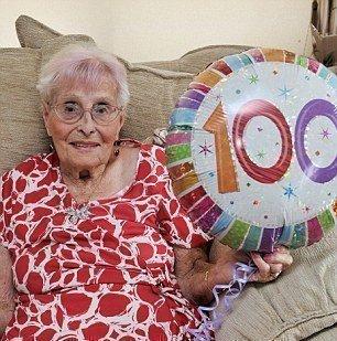 Дейзи Даннет, 100-летняя счастливая жена, мать, бабушка, прабабушка. Норфолк, Великобритания.