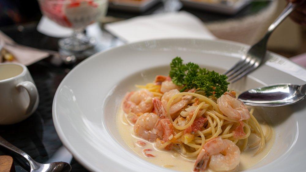 Феттучини с креветками в сливочно-винном соусе