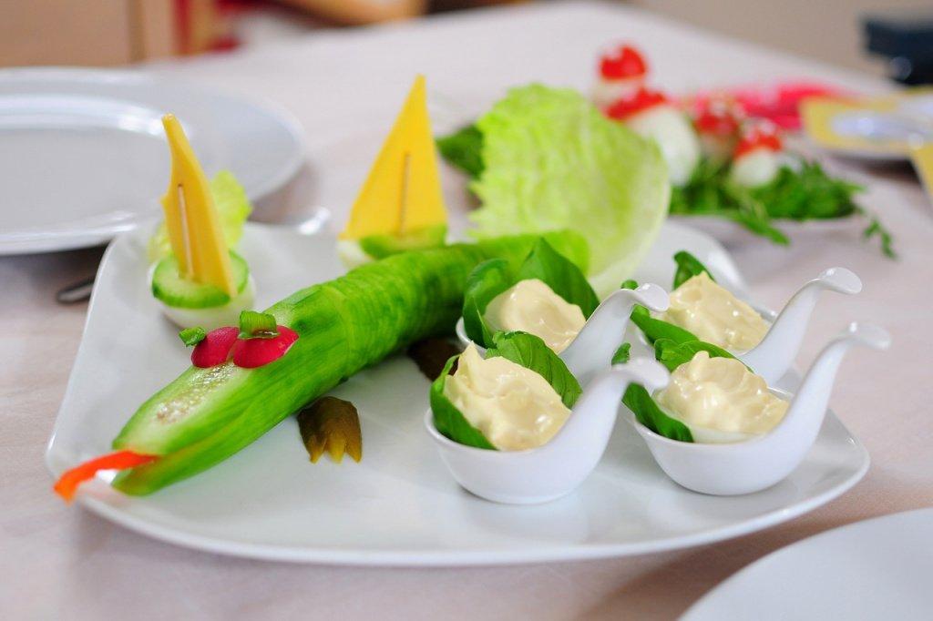 Готовим салаты из овощей и фруктов вместе