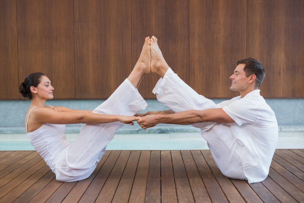 Простые позы йоги для парных тренировок
