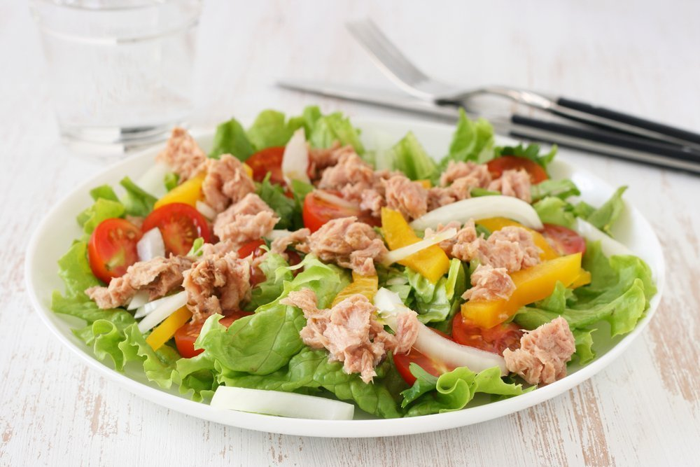 Питание ребенка и рыбный салат