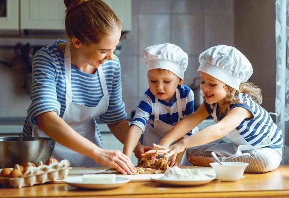 Малыш на кухне — это хорошо!