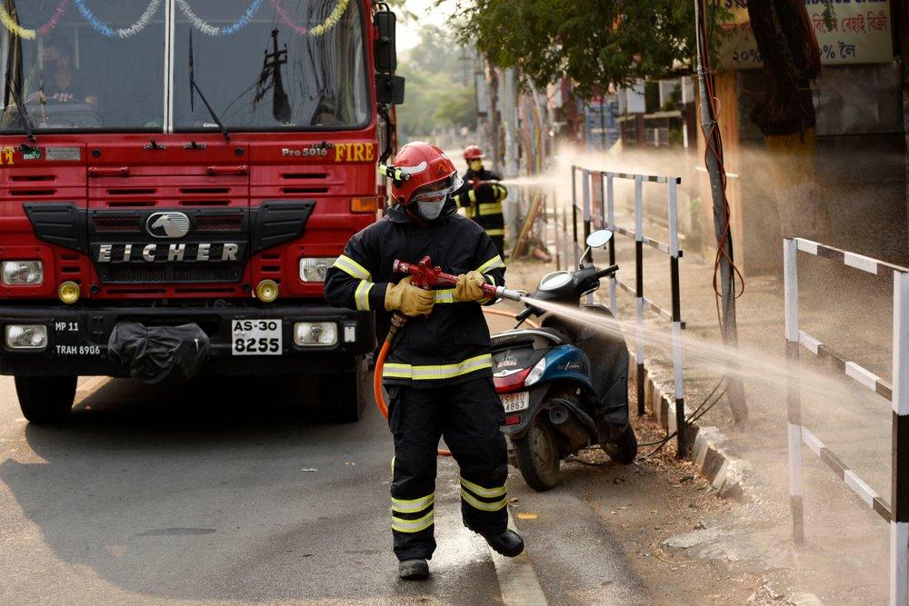 Пожар эпидемии Индия тушит с помощью пожарных