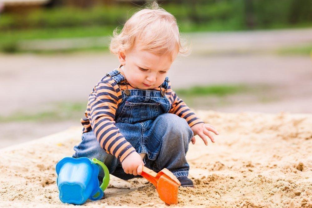 Малыш играет: правила «песочной» безопасности