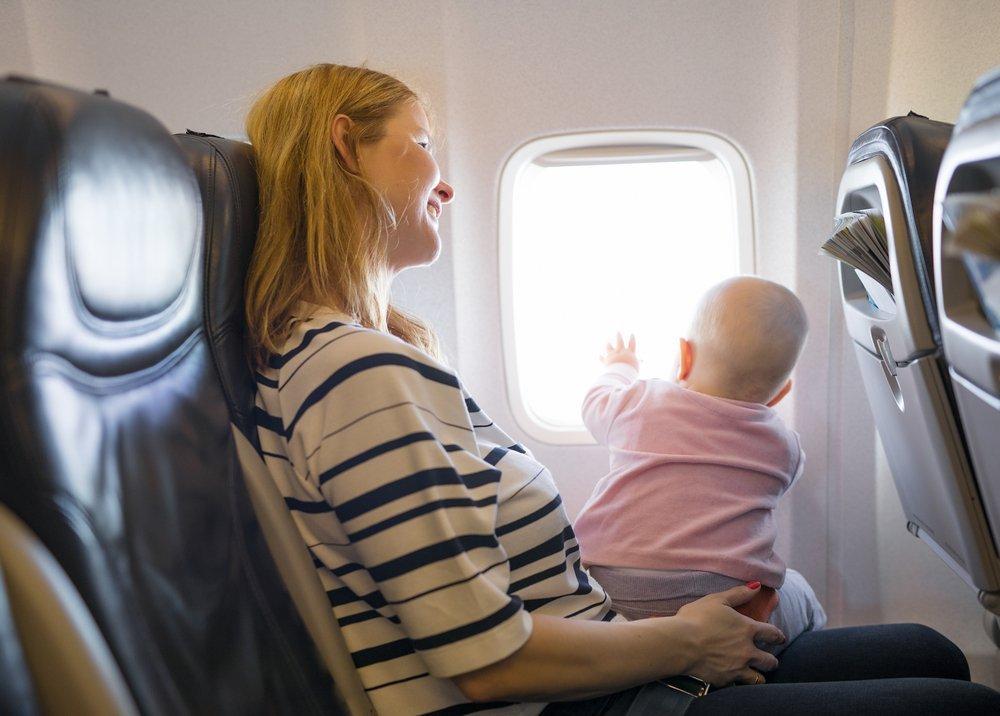 Ребенок в салоне самолета