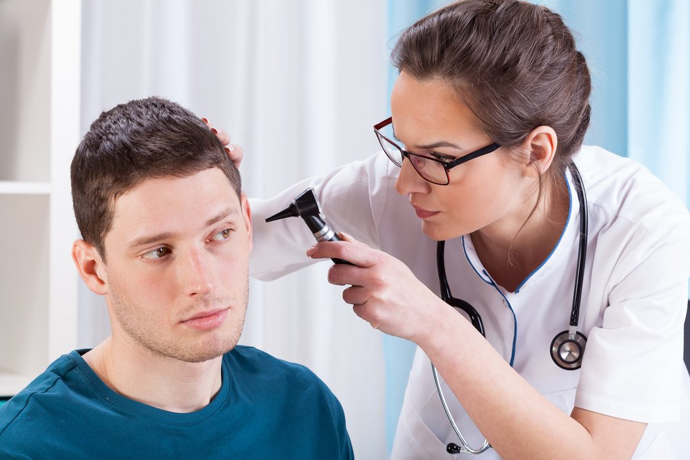 Выделения, боли и другие симптомы заболеваний уха