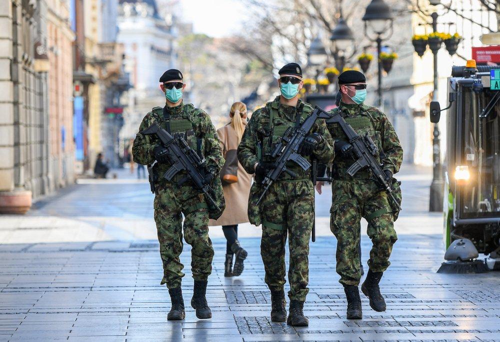 Сербия вводит комендантский час и войска