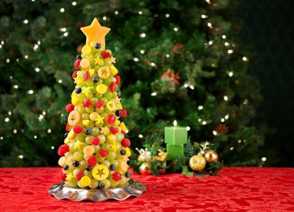 Атмосфера праздничного стола: новогодняя елочка из фруктов