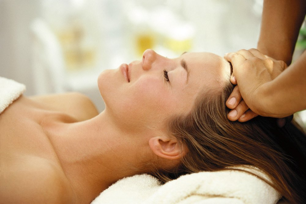 Помогут регулярные массажи кожи головы