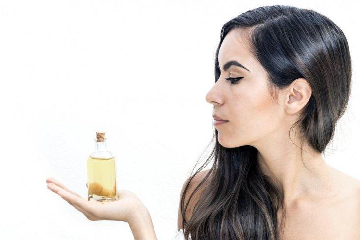 Польза масла для красоты ресниц: какое выбрать?