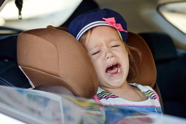 Как сохранять спокойствие, когда дети капризничают в машине?
