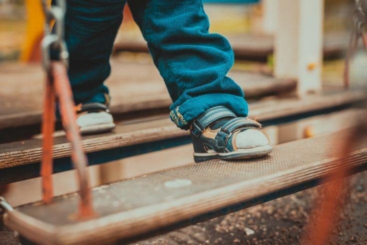 Первая обувь для малыша: когда покупать и как выбирать?