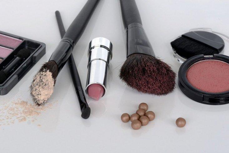 Помада и румяна: яркий румянец и макияж губ