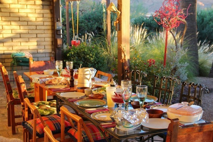 Сервировка стола к празднику, мнение психологов