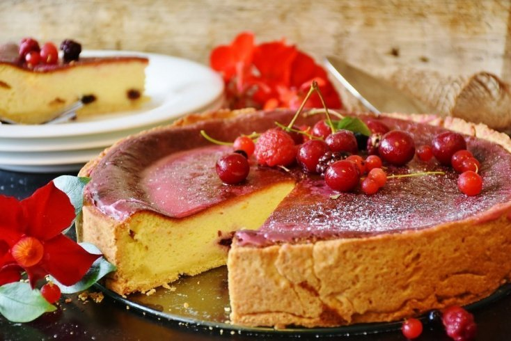 Пирог с йогуртовым кремом и ягодами без выпечки