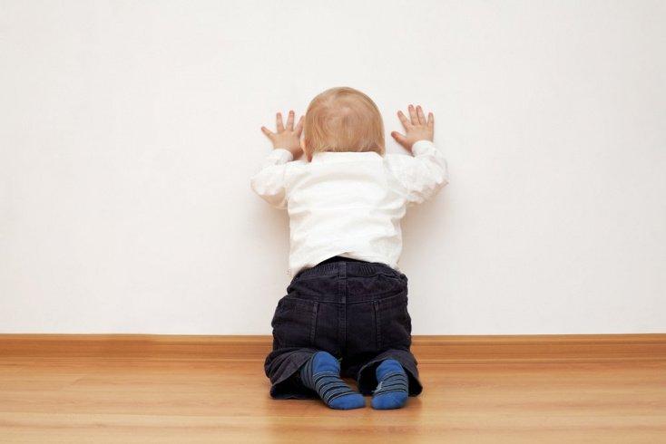 Ребенок раскачивается из стороны в сторону и бьется о стену: опасные привычки?