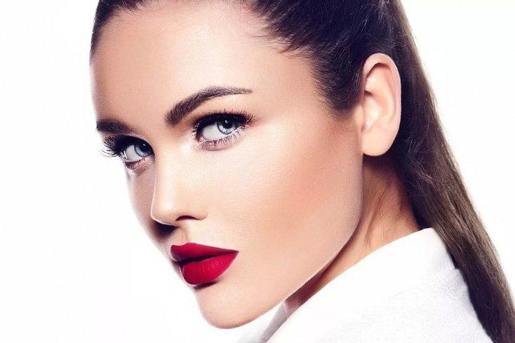 Яркая косметика на губах и акцент на брови