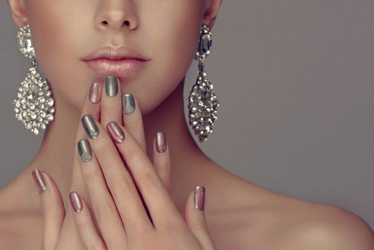 Светло-розовый: классическая основа для сложного дизайна ногтей