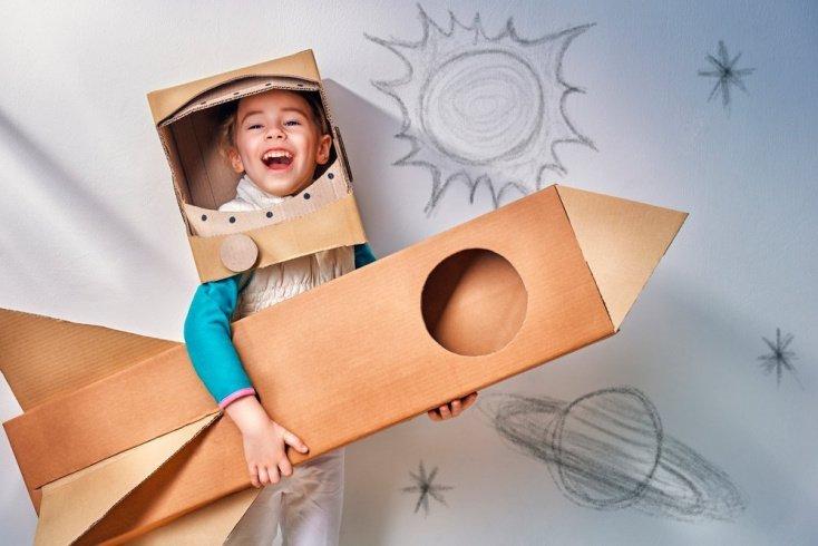 2. Превратите картонные коробки в арт-объекты