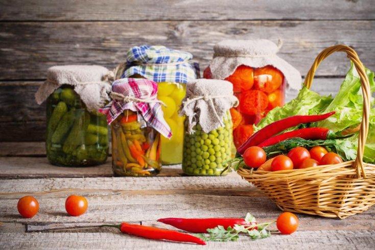 Закусочные овощи: помидоры и огурцы
