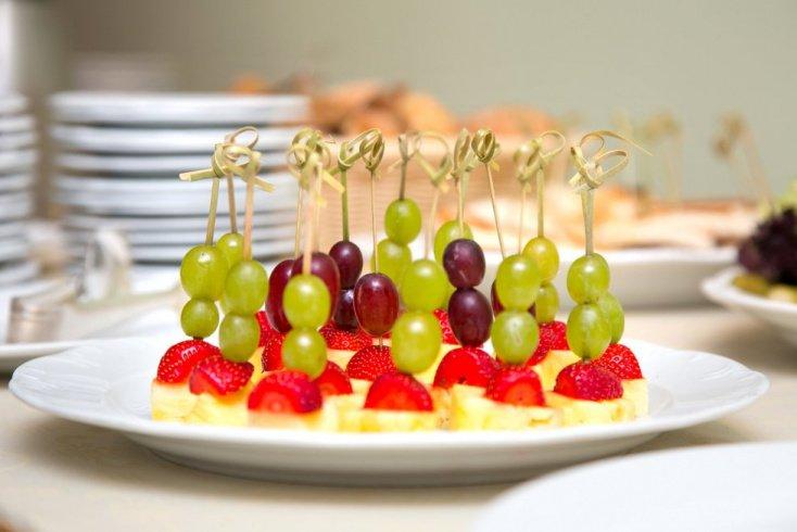 Канапе с фруктами и ягодами: десерт и не только