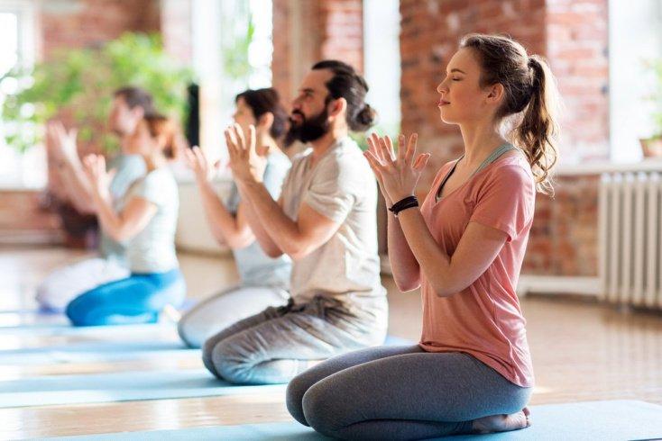 Техника безопасности в позах йоги сидя, стоя и других асанах