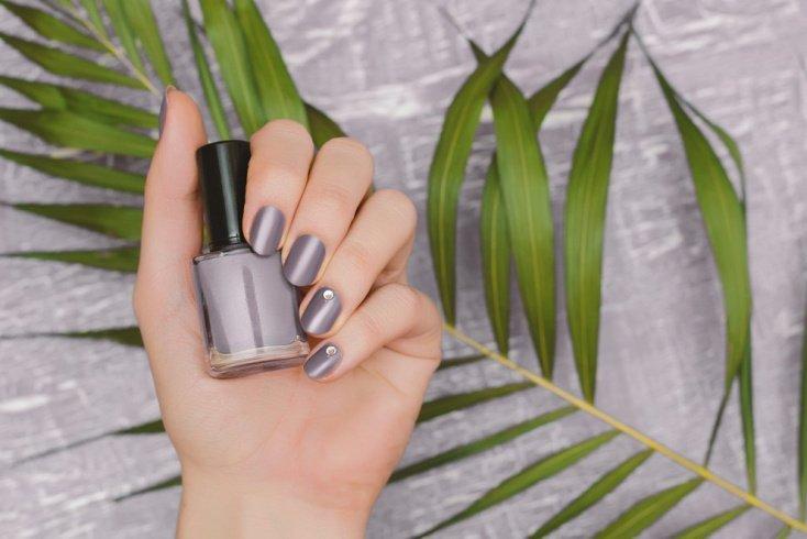Матовый серый на ногтях