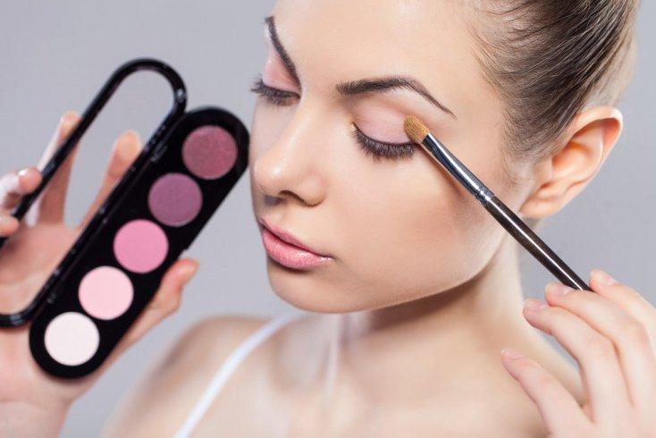Тренд на розовую палитру в макияже лица