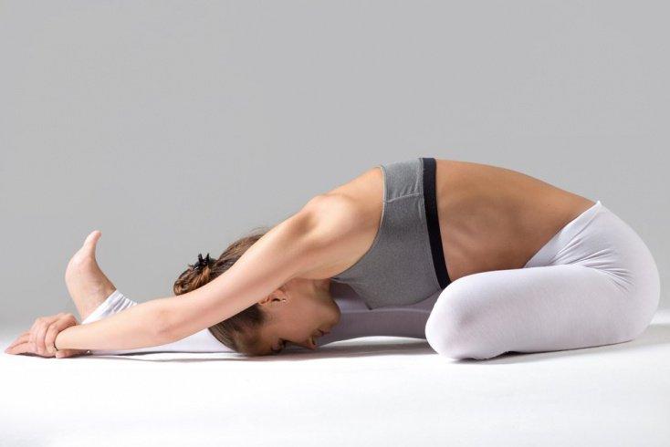 8. Яну Сирсасана — упражнение с головой на коленях