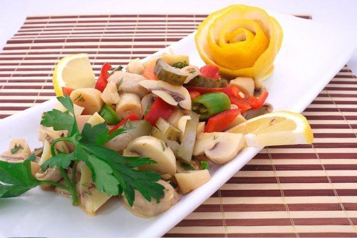 Домашние рецепты грибных салатов: низкокалорийный салат с шампиньонами