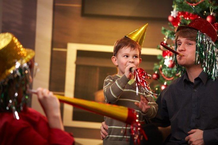 Дед Мороз приносит подарки ребенку