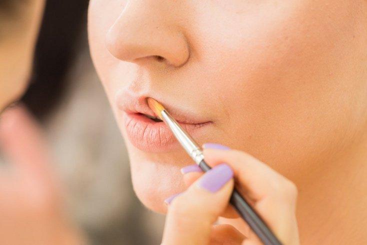 Предварительно наносите на кожу губ консилер или тональный крем
