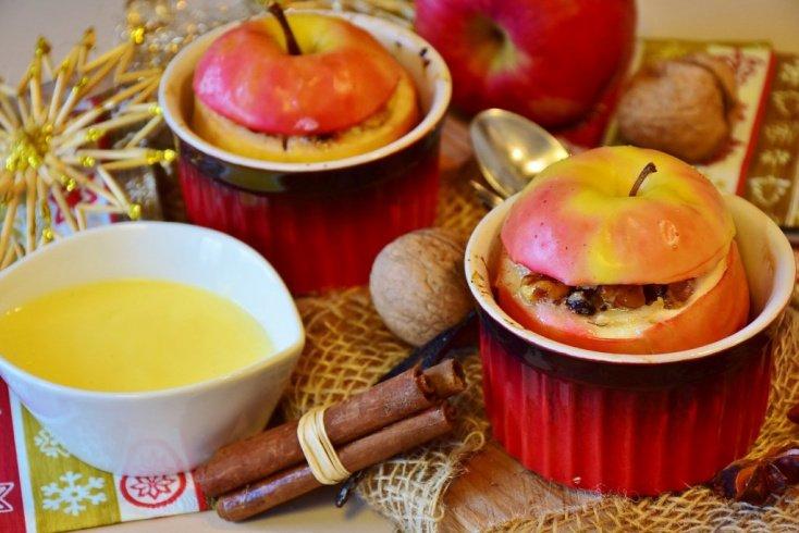 Яблоки, запеченные с ягодами и орехами