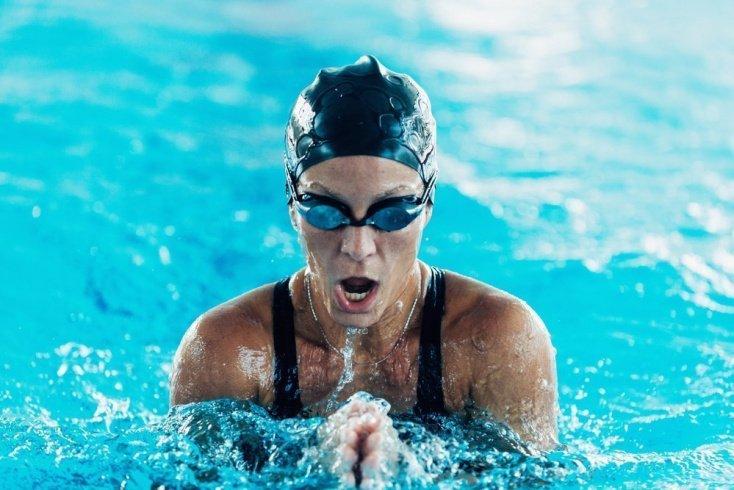 Польза фитнес-тренировок, включающих плавание брассом