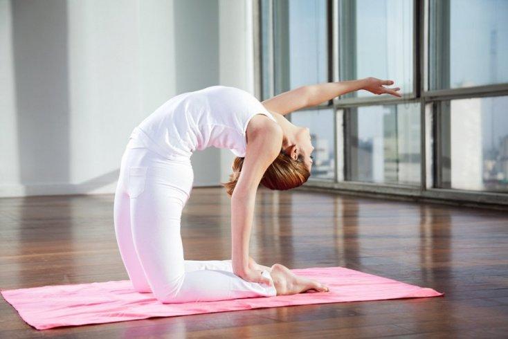 Позы йоги: стул, треугольник, верблюд, свеча