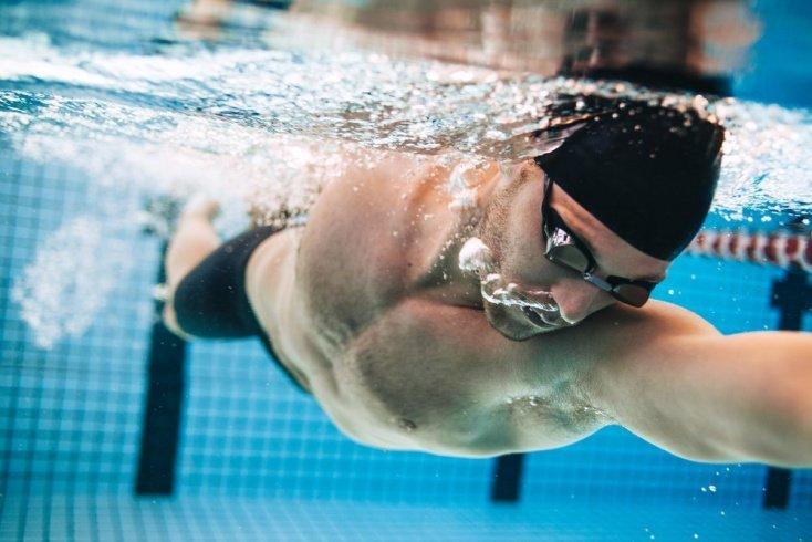 Что лучше физические упражнения «на суше» или в воде?