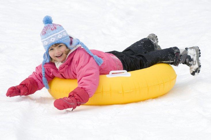 Катание с горок как основное развлечение для детей во время зимних прогулок