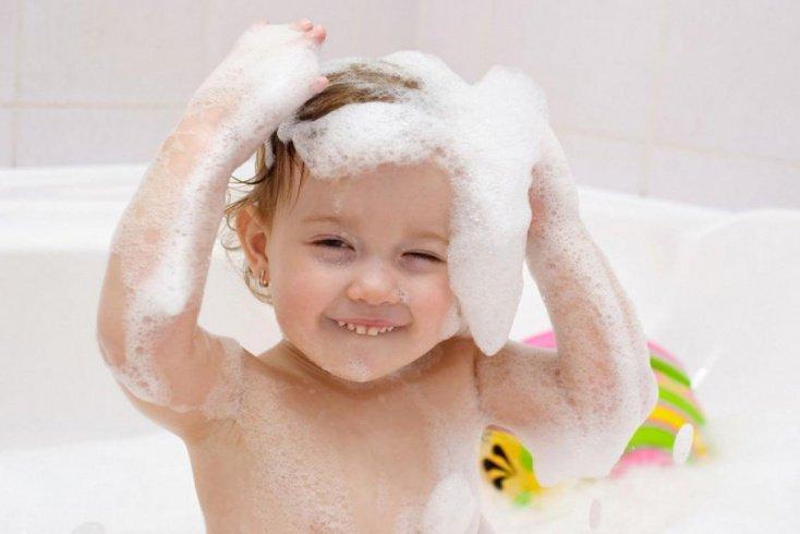Для мытья головы карапуза лучше всего использовать обычное детское мыло