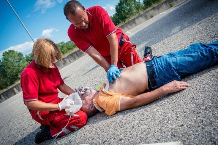 Доставить в больницу или помочь на месте?